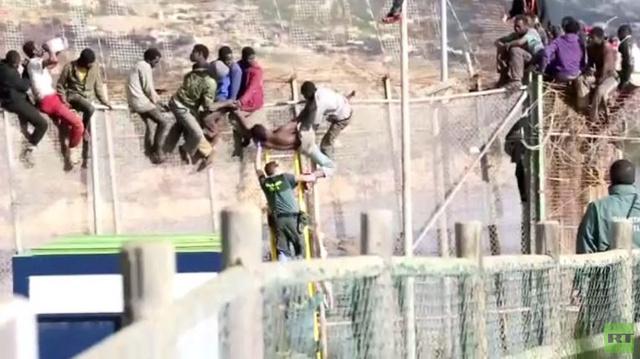 حرس الحدود يحاول التصدي لتسلل مهاجرين إلى مليلية الإسبانية من المغرب (فيديو)