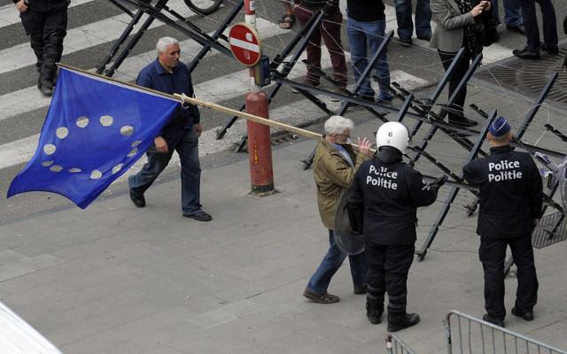 عشرات الآلاف يتظاهرون في بروكسل ضد سياسات التقشف (فيديو)