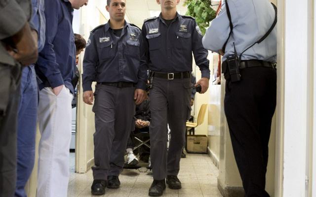 النيابة العامة الإسرائيلية تتهم 6 محامين بنقل معلومات بين أسرى فلسطينيين وقياداتهم