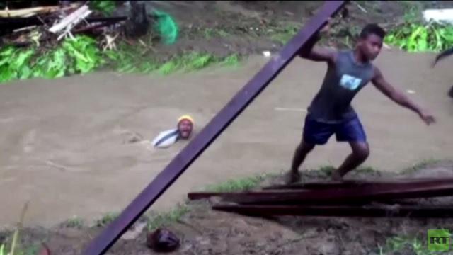 بالفيديو...الفيضانات تقتل 16 شخصا في