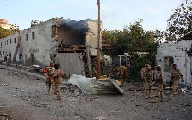 إصابة مساعد المستشار العسكري للحكومة اليمنية في انفجار بصنعاء