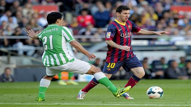 برشلونة يكرم ريال بيتيس بثلاثية ويشدد الخناق على أتلتيكو مدريد