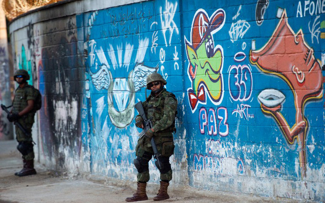 الجيش البرازيلي ينتشر في أحياء ريو دي جانيرو الفقيرة قبل شهرين من المونديال