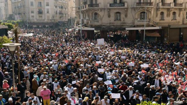 الآلاف يتظاهرون في المغرب