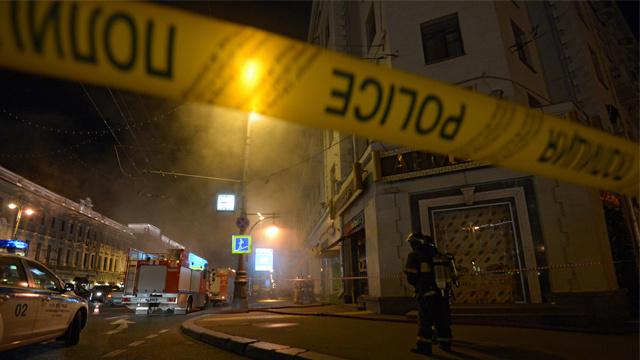شرطي ينقذ طفلا من الحريق بوجود رجال الاطفاء