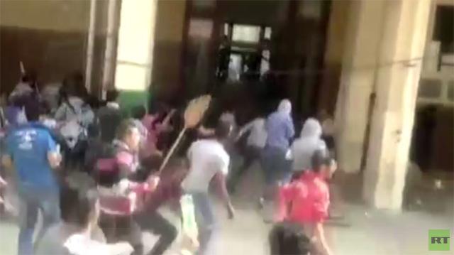 بالفيديو.. إصابة العشرات في اشتباكات بين طلاب في جامعة الاسكندرية