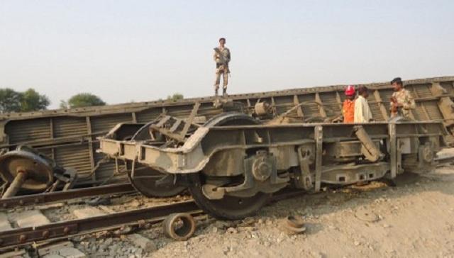 مقتل 16 شخصا وجرح 50 آخرين بانفجار قطار في جنوب غرب باكستان (فيديو)