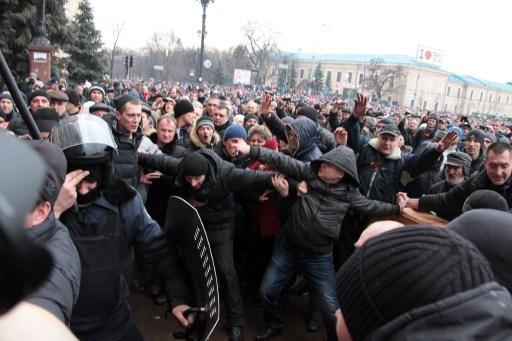 مئات المحتجين يخرجون الى الساحة المركزية في خاركوف