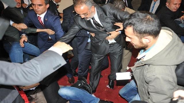 زعيم تركي معارض يتعرض للضرب داخل البرلمان