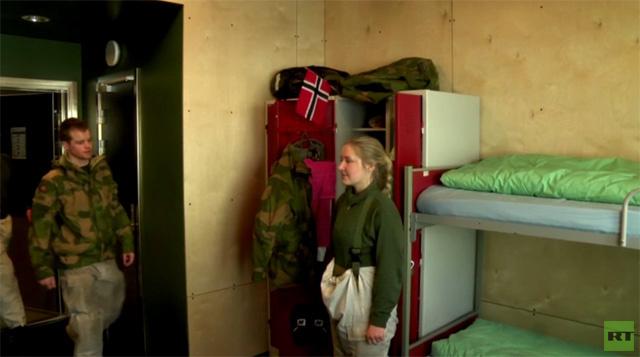 عسكريون رجالا ونساء يقيمون في ثكنات مختلطة ببعض معسكرات الجيش النرويجي (فيديو)