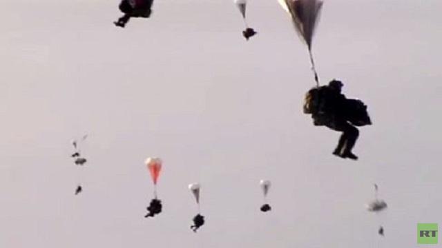 بالفيديو..عمليات انزال لفريق الإنزال الجوي الروسي في القطب الشمالي