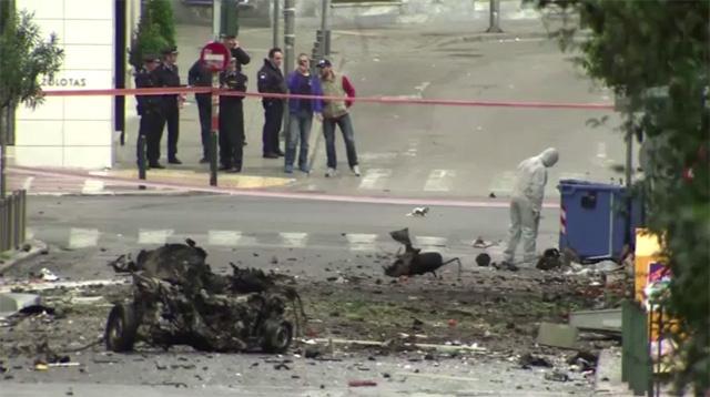 أثينا.. انفجار سيارة مفخخة تزامنا مع أول إصدار لسندات الديون اليونانية (فيديو)