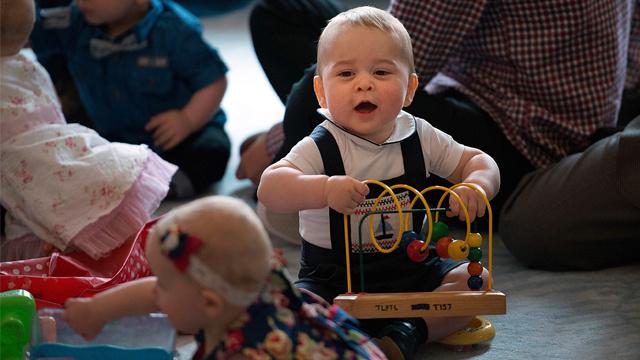 الأمير البريطاني الصغير جورج يظهر جرأته في أول فعالية عامة