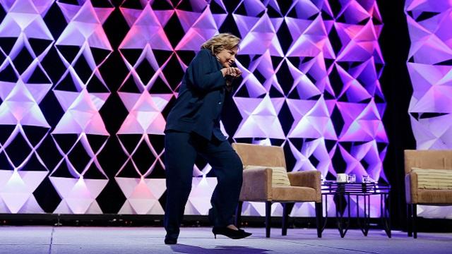 كمنتظر الزيدي.. أمريكية ترمي هيلاري كلنتون بالحذاء في لاس فيغاس (فيديو)