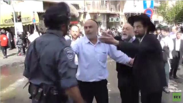 القدس.. اشتباكات مئات اليهود المتدينين مع الشرطة احتجاجا على قانون الخدمة العسكرية (فيديو)