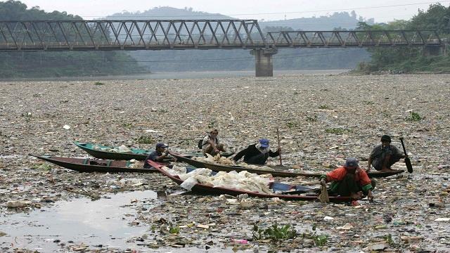 إندونيسيا.. أقذر نهر في العالم يشكل مصدرا لمياه الشرب لأكثر من 35 مليون نسمة