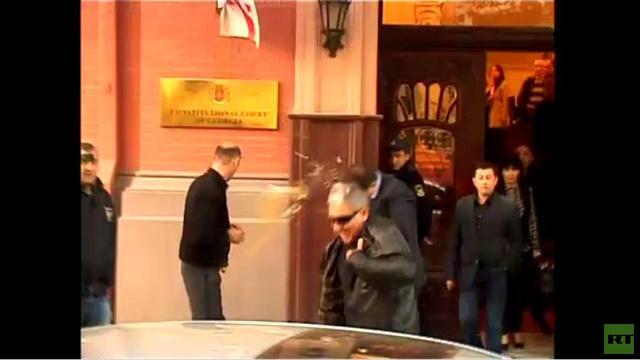بالفيديو.. محتجون يرشقون عمدة تبليسي السابق بالبيض
