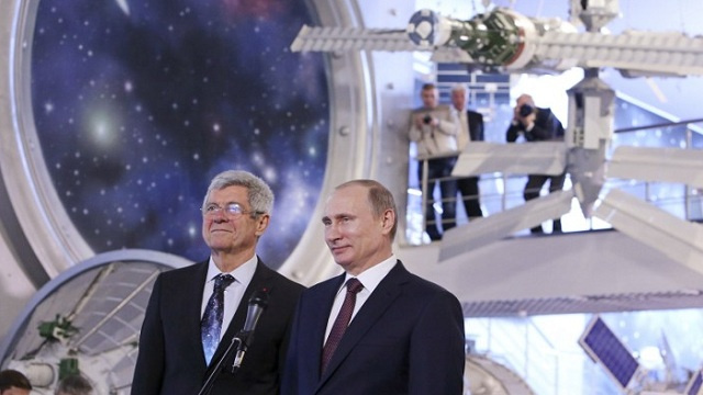 بوتين يهنئ رواد الفضاء بعيدهم (فيديو)
