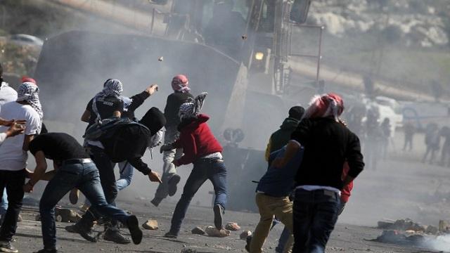 إصابة 7 مسعفين فلسطينيين جراء إلقاء الجيش الإسرائيلي قنابل الغاز عليهم