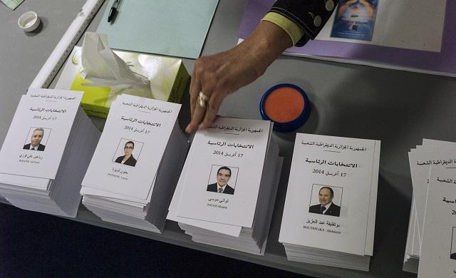 الجزائريون في الخارج يشرعون في التصويت لإختيار رئيس للبلاد