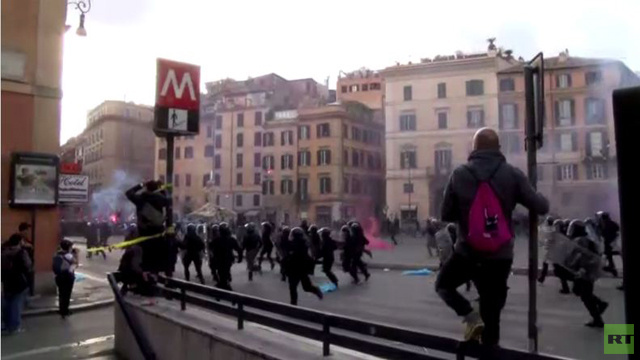 الشرطة الإيطالية تستخدم الغاز المسيل للدموع لتفريق مظاهرة ضد التقشف (فيديو)