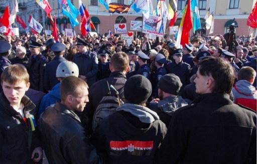 الآلاف من سكان أوديسا يرفضون دخول مدمرة أمريكية إلى ميناء المدينة (فيديو)
