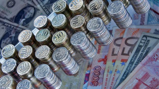 تراجع الروبل والحكومة تطمئن بأنه لن يكون هناك قيود على صرف العملات