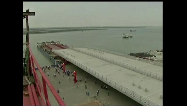بالفيديو.. نصب هيكل جسر يبلغ وزنه 3 آلاف طن سيربط هونغ كونغ بماكاو