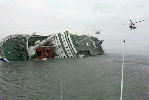 مصرع 4 أشخاص وفقدان 293 بغرق عبارة كورية جنوبية (فيديو)