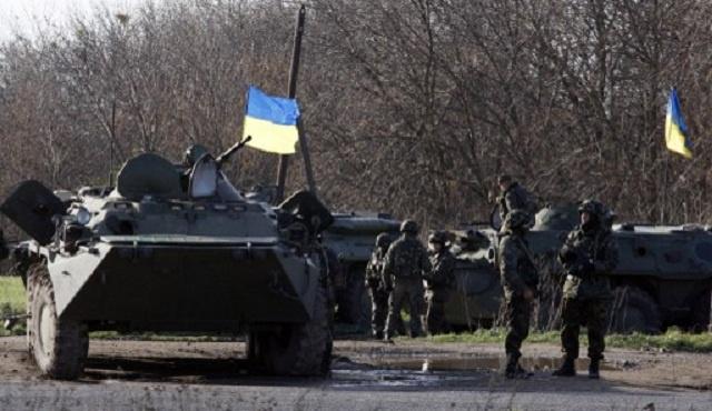 محتجون يحاصرون مطارا بشرق أوكرانيا والجيش يهدد بإطلاق النار (فيديو)