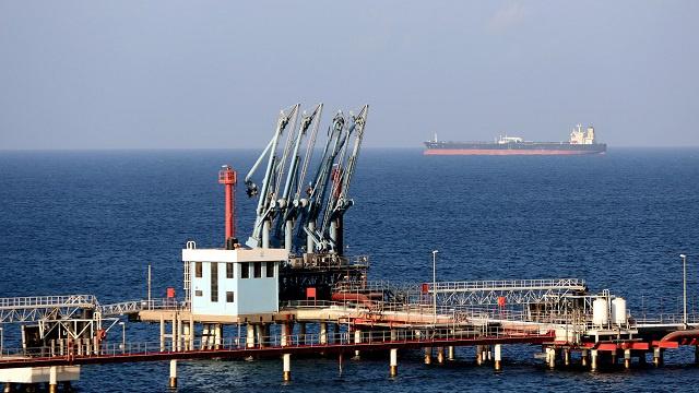 البحرية الليبية تسيطر على سفينة مجهولة أمام سواحل طبرق