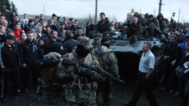 كييف تسحب 15 مدرعة من مدينة كراماتورسك وتعزز حراسة مطارها العسكري