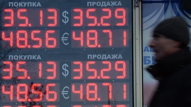 الروبل يصحح موقعه أمام الدولار واليورو بعد ارتفاعه بشكل ملحوظ أمس