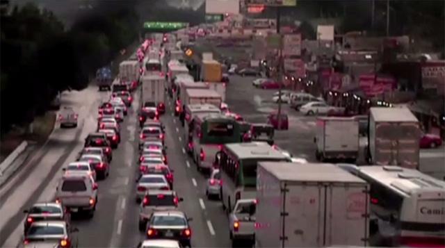 بالفيديو.. سقوط الثلوج يشل حركة المرور على الطرق السريعة غربي العاصمة المكسيكية