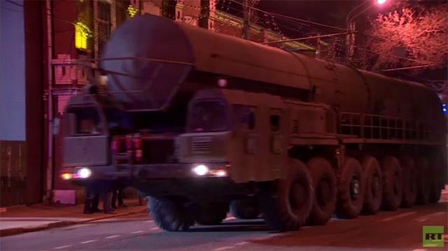 بالفيديو.. تحضيرا للاستعراض العسكري.. معدات عسكرية تُنقل من ضواحي موسكو الى العاصمة