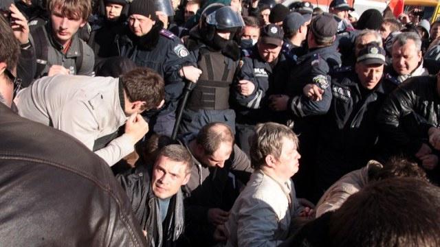 سلطات مدينة خاركوف شرق أوكرانيا تضع الحواجز على حدود المقاطعات المجاورة