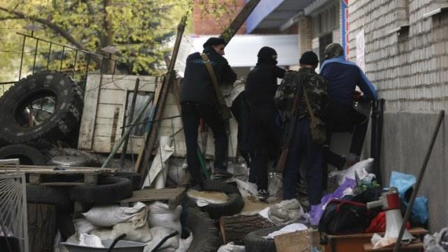 مقتل 3 بينهم سائق حافلة مدرسية في تبادل إطلاق النار في مدينة سلافيانسك شرق أوكرانيا