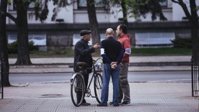 السلطات الأوكرانية تعلن عن احتجاز أشخاص مسلحين بالبنادق الأوتوماتيكية المسروقة في مدينة لوغانسك
