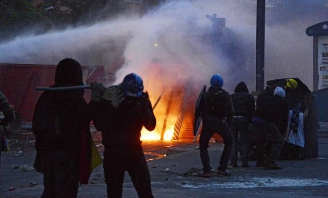 فنزويلا.. اشتباكات بين محتجين وقوات مكافحة الشغب في عيد الفصح