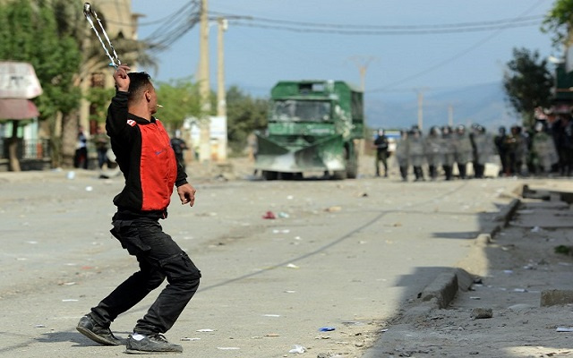 اشتباكات بين متظاهرين والشرطة الجزائرية في الذكرى الـ 34