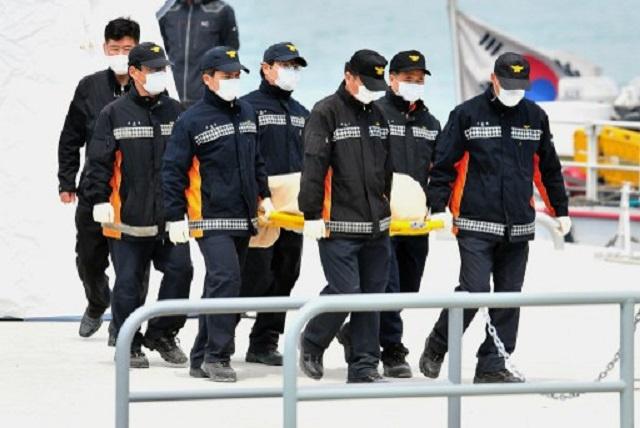 عدد القتلى في حادث غرق العبارة الكورية يتجاوز الـ 110