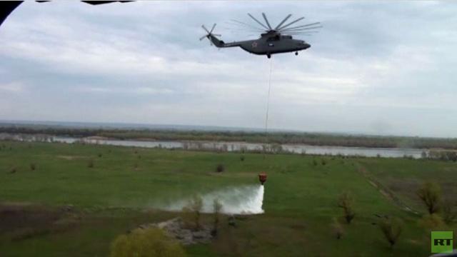 بالفيديو .. المروحيات القتالية تظهر قدرتها على مكافحة الحرائق