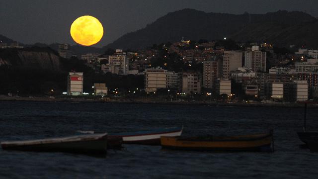 العلماء يخططون لاستخدام ضوء القمر في إنارة المدن والطرقات ليلا