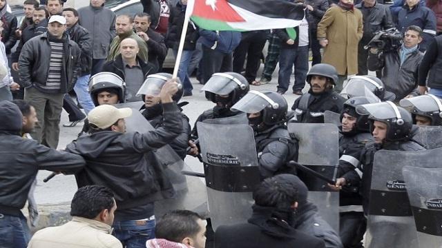 قوات الدرك الأردنية تفرق بالغاز محتجي معان