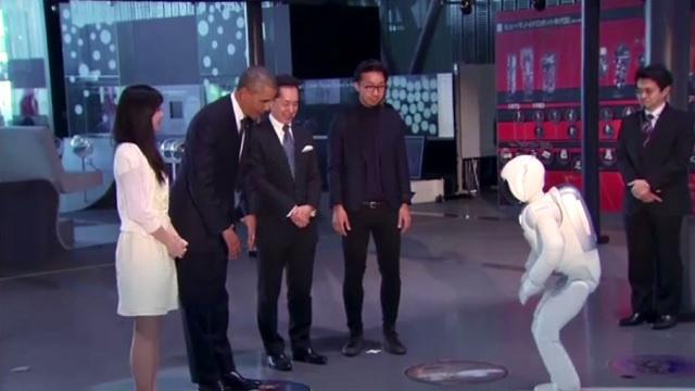 بالفيديو .. أوباما يلعب الكرة مع الروبوت