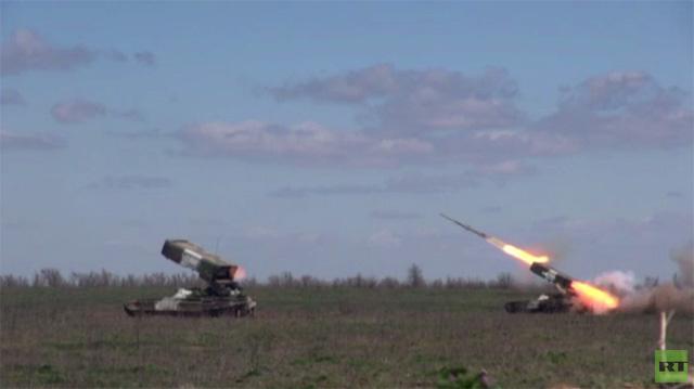 بالفيديو.. تمارين الرماية من راجمات روسية تنفذ بالقرب من الحدود الأوكرانية