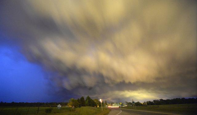 مصرع 18 شخصا وانقطاع التيار الكهربائي جراء الأعاصير بولاية اركنساس الأمريكية (فيديو)