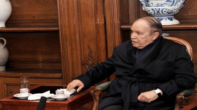 بوتفليقة يؤدي اليمين الدستورية على كرسي متحرك ويكلف سلال بتشكيل الحكومة