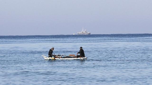 مجهولون يفجرون قاربا فلسطينيا معدا للإبحار من غزة لأوروبا لكسر الحصار