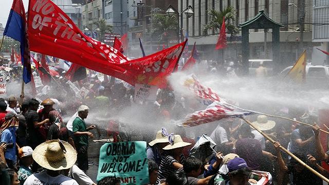 الشرطة الفلبينية تستخدم خراطيم المياه لتفريق محتجين ضد زيارة أوباما